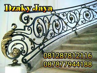 Model railing tangga klasik dengan kombinasi ornamen daun 3D cocok untuk rumah mewah klasik.