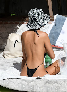 Emily-Ratajkowski-in-a-very-revealing-monokini-while-on-vacation-in-Miami.-37fcm0jjyp.jpg