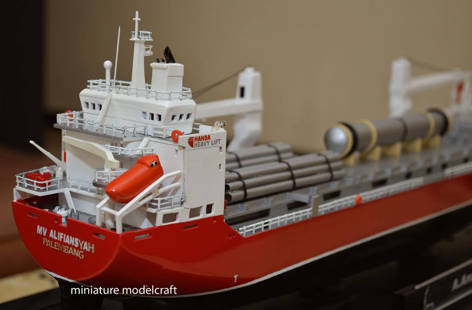 gambar miniatur kapal cargo mv hhl congo