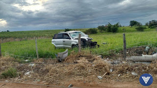 http://vnoticia.com.br/noticia/1699-carro-derruba-poste-e-deixa-tres-feridos-em-sao-francisco-de-itabapoana