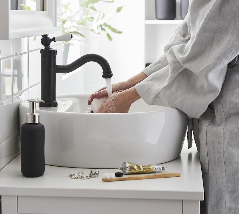 Lavabo con jabón y desinfectante de manos