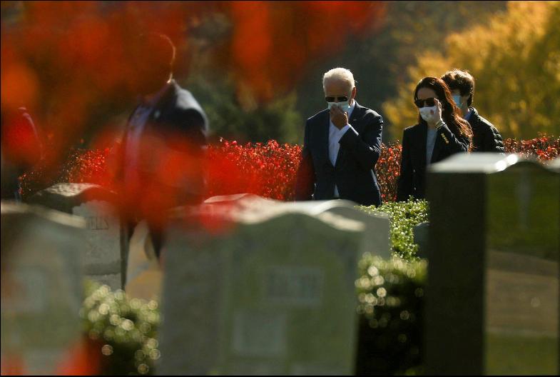 El presidente electo de EE. UU. Joe Biden, visita las tumbas de sus familiares luego de asistir a misa el domingo 8 de noviembre de 2020, en Wilmington, Delaware / VOA