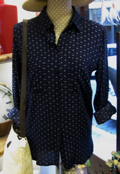 Camisa señora azul estampada en blanco. Bolso verano