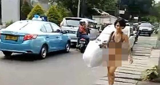 Video Hot: Lagi Cewek Telanjang Berjalan Santai di Jalan Mangga Dua