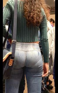 Linda chica marcando calzon jeans