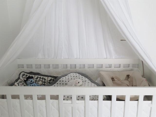 """""""Oskarin"""" sänky on somistettu valkoisella vuodekatoksella"""