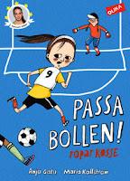 Omslag till Passa bollen! ropar Kosse. Kosse springer på en fotbollsplan, mot ett mål.