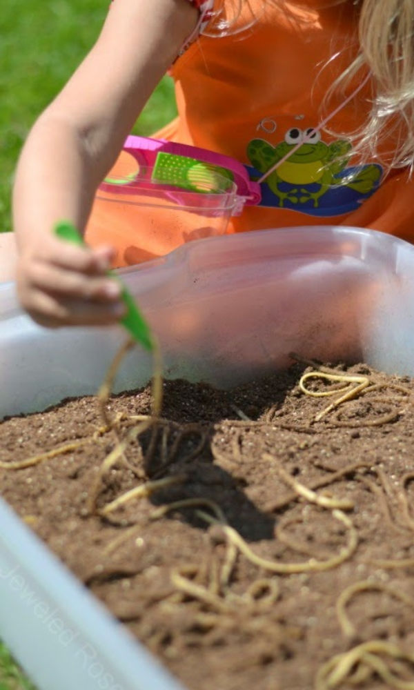 Keep them busy with a dirt and worms sensory bin!  Preschool play & learning for kids. #sensoryactivities #sensorybins #sensoryprocessingdisorder #dirtandworms #growingajeweledrose #activitiesforkids