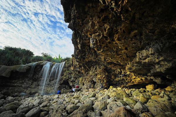 Air terjun di Pantai Jogan Gunungkidul