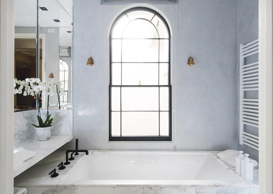 Baño de mármol con grifería negra