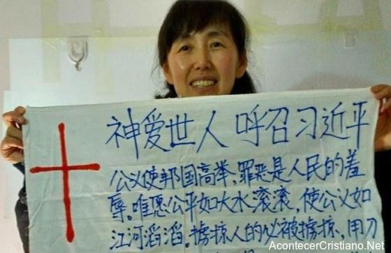 Mujer evangeliza con cartel