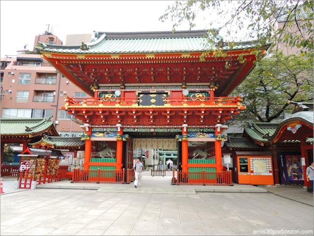 Puerta y Torii del Santuario Kanda Myojin en Tokio