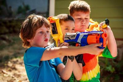 trẻ chơi súng Nerf 1
