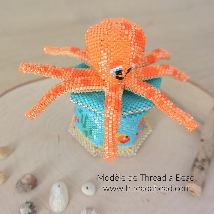 Boite pieuvre en perles Miyuki, modèle de Thread a Bead, tissée en peyote circulaire et brickstitch par Hello c'est Marine