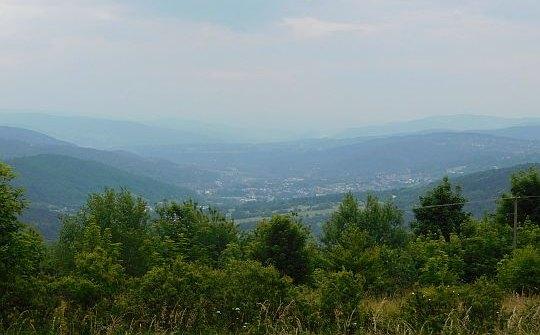 W dolinie widać zabudowania Suchej Beskidzkiej.
