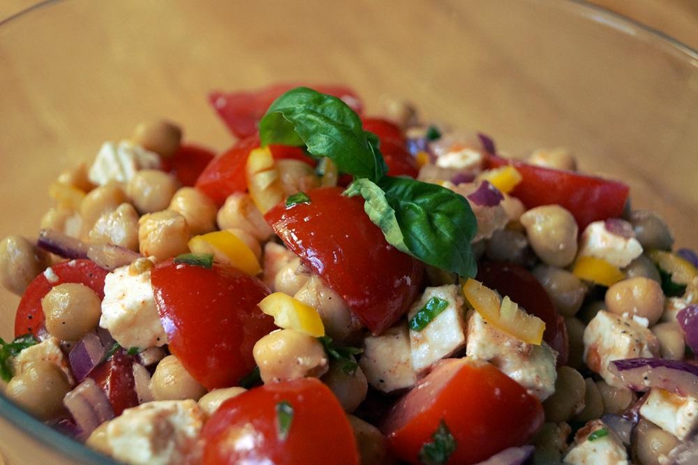 sommerlicher Tomatensalat mit Kichererbsen und Feta