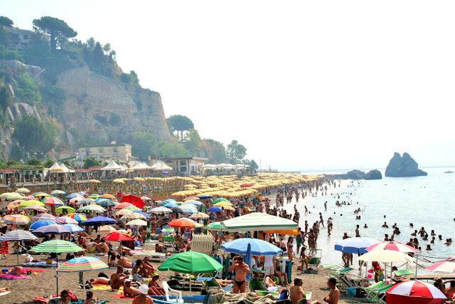 spiagge, sabbia, ombrelloni, turisti, bagnanti, collina, mare, acqua