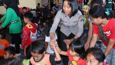Polda Papua Berikan Trauma Healing Kepada Para Pengungsi di Mako Polres Jayawijaya
