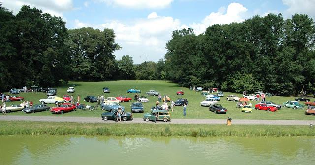 Oldtimer parken auf Wiese im Schlosspark