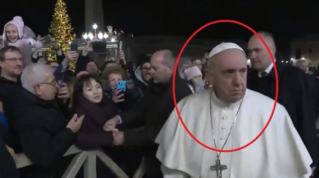 Le pape François présente ses excuses après avoir tapé la main d'une fidèle