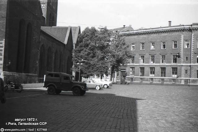 1972 год. Рига. На площади 17 июня возле Домского собора