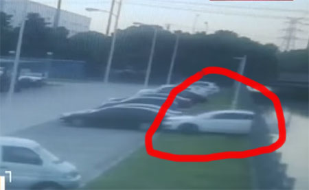 Car fell into river while reversing it ; Man saves the women who drove the car