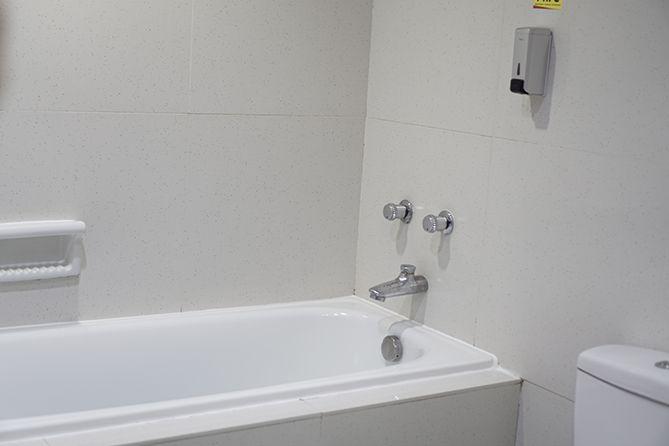 Bathup hotel berwarna putih minimalis