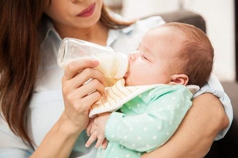 Tips Mencegah Cegukan pada Bayi