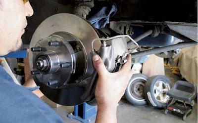 Kiểm tra và bảo dưỡng hệ thống phanh trên ô tô - gỡ bánh kiểm tra