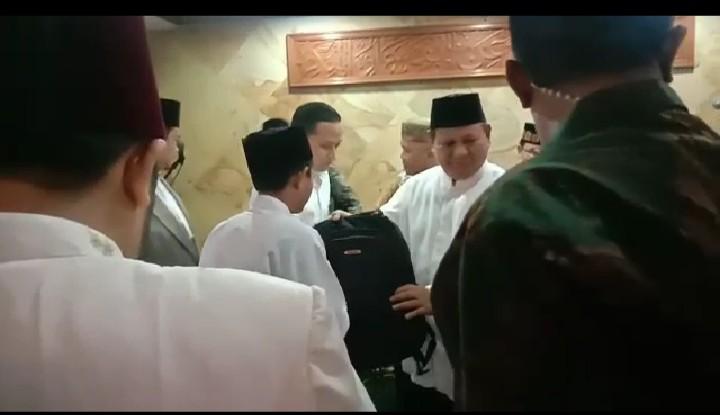 Antusiasne Warga di Masjid Kemenhan Saat Prabowo Santuni Anak Yatim