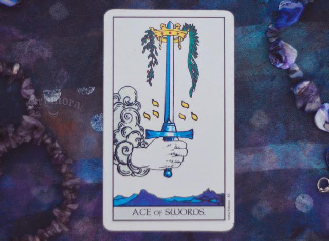 Saiba o significado da Carta do Ás de Espadas no Tarot do amor, dinheiro e trabalho, na saúde, como obstáculo ou invertida e como conselho.