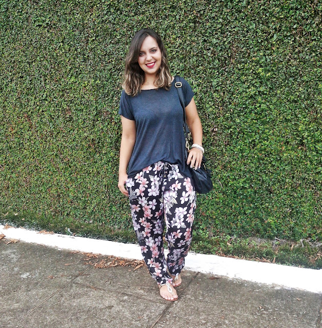 Calça Pijama é uma peça que se torno um clássico no guarda-roupa feminino, sendo uma peça que esbanja conforto.