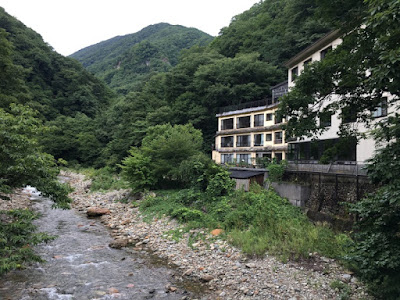 近くの橋から見た川古温泉