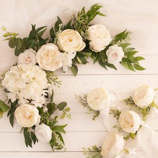 Dekoracja samochodu do ślubu – czyli sztuczne kwiaty na samochód ślubny na każdą pogodę
