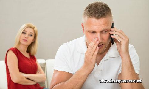 parejas que revisan el telefono movil