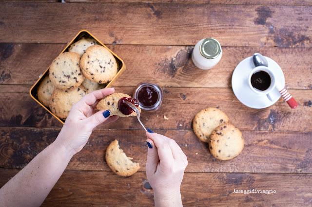 American-style dark and chewy chocolate chip cookies - biscotti con gocce di ciocccolato stile americano