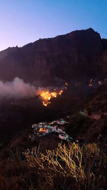 Por la noche el incendio de la cumbre de Gran Canaria  depende del viento