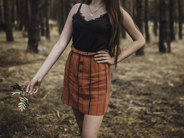 342. Stylizacja: spódnica z guzikami i bieliźniany top