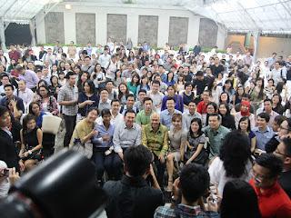 Hadirin di luar ruangan juga ikut foto bersama Ahok