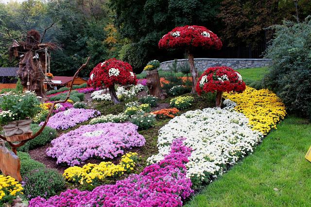 Мухоморы из разноцветных цветов