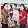 Rinny Tamuntuan Salurkan Bantuan Bagi Warga Terdampak PPKM di Minsel