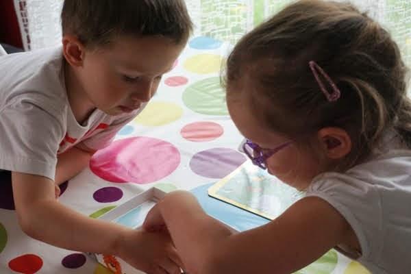 dzieci grają w grę planszową