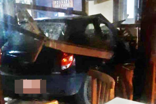 Carro invade restaurante de pousada na orla da praia do Farol