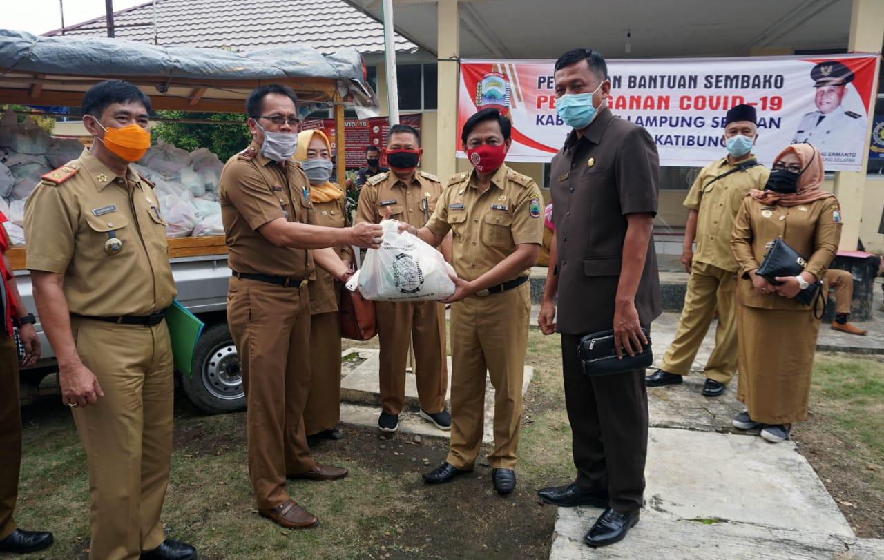 Pemkab Lampung Selatan serentak distribusikan bantuan sembako untuk masyarakat yang terdampak korona di Empat Kecamatan