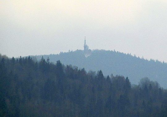 Szczyt Lubonia Wielkiego ze wzniesień ponad wsią Lubień.