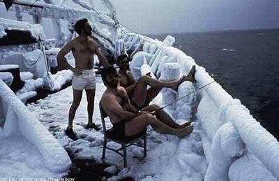 Männer angeln bei Eis und Kälte lustig
