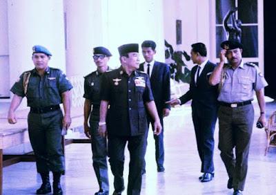 "Kisah Lucu Soekarno Part III ""Soekarno, Pohon Sawo dan Seorang Polisi"