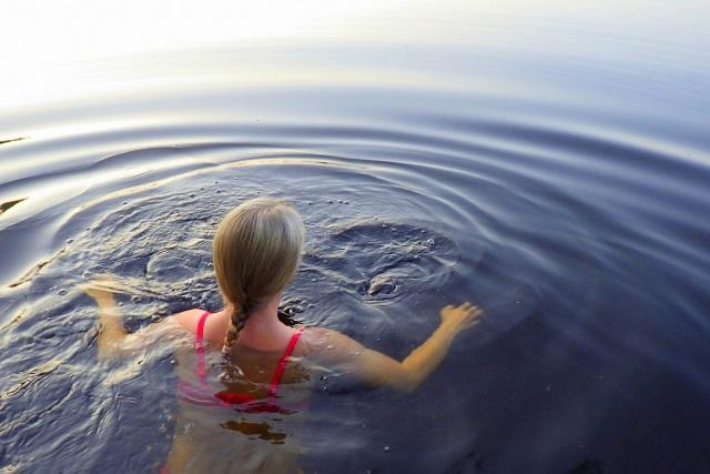 Nainen uimassa