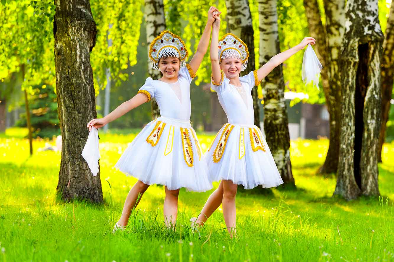 девочки в русских танцевальных костюмах с кокошником