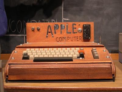 first apple computer apple 1 with home made wooden case - A primeira  versão dos equipamentos que você mais usa atualmente